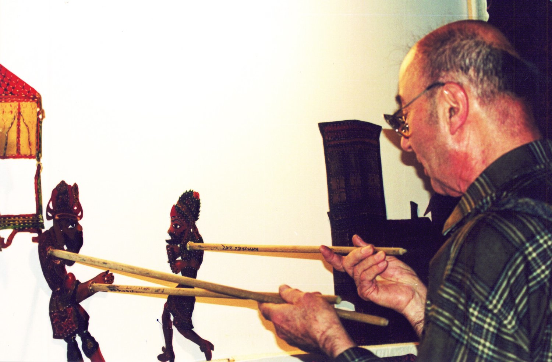 Tacettin Diker, un maître de théâtre d'ombres turc, le karagöz. Photo réproduite avec l'aimable autorisation de UNIMA Turquie (UNIMA Turkiye)