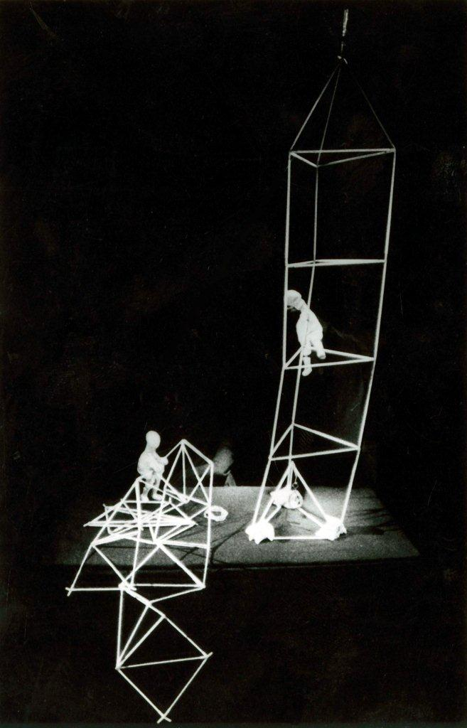 Les premières tentatives, dans Babel, <em>Formas e Transformações</em> (1992, 2002) par O Casulo – BonecObjeto (São Paulo, Brazil), dramaturgie et mise en scène : Ana María Amaral, scénographie, marionnettes et objets : Grupo O Casulo. Photo réproduite avec l'aimable autorisation de Grupo O Casulo