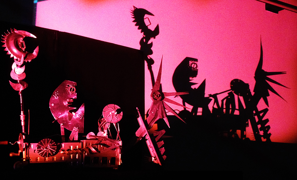 <em>Os Protágonas</em> (2013) par O Casulo – BonecObjeto (São Paulo, Brésil), dramaturgie basée sur des improvisations créées par des acteurs, mise en scène : Ana María Amaral, itinéraire : Ana Maria Amaral et Claudio Pont, conception des personnages : Antonio Henrique Amaral, scénographie et fabrication de personnages : Alexandre Fávero. Photo: Claudio del Puente