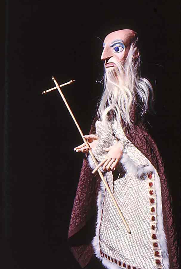 Prêtre, dans <em>Doctor Faustus</em> (1975) par Barry Smith. Marionnette à tiges. Photo réproduite avec l'aimable autorisation de Collection : The National Puppetry Archive