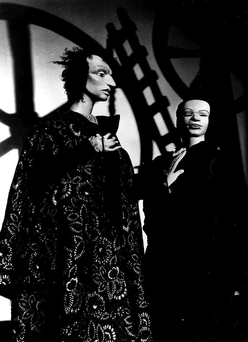 Deux personnages dans <em>Isabella and the Pot of Basil</em> (vers 1980) par Barry Smith, hauteur : 1,25 metres. Photo réproduite avec l'aimable autorisation de Collection : The National Puppetry Archive