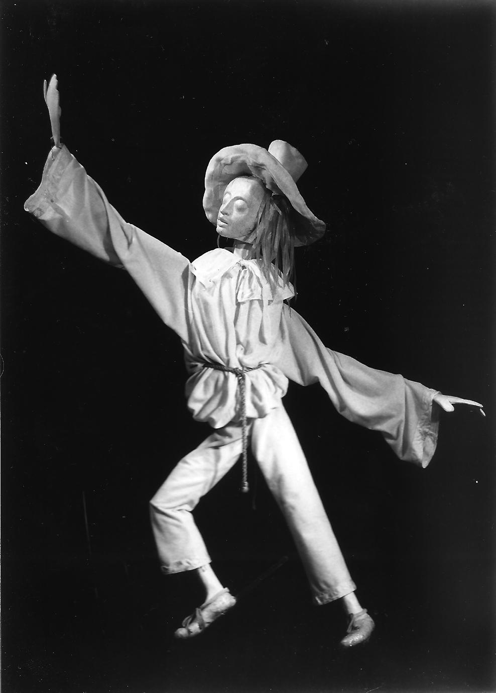 Pierrot, dans <em>Pierrot in Five Masks</em> (vers 1984) par Barry Smith. Photo réproduite avec l'aimable autorisation de Collection : The National Puppetry Archive