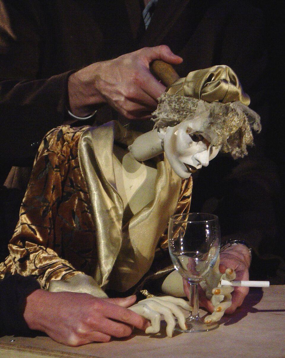 <em>Low Life</em> (2005) par le Blind Summit (Londres, Royaume-Uni). Marionnettes sur table. Photo réproduite avec l'aimable autorisation de Mark Down