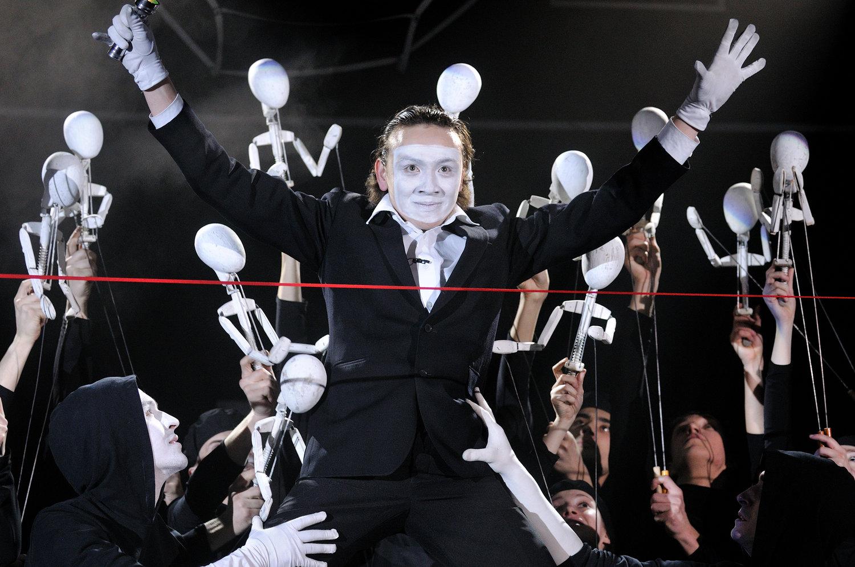 Une scène de <em>Myi</em> (Nous, 2009), d'après le roman de Evgueni Zamiatine, par le Bolshoi teatr kukol (Saint-Pétersbourg, Russie), mise en scène : Ruslan Kudashov, scénographie : Andreï Zaporozhski. Sur la photo : Mikhaïl Loujine. Collection : Bolshoi teatr kukol. Photo: Vladimir Postnov