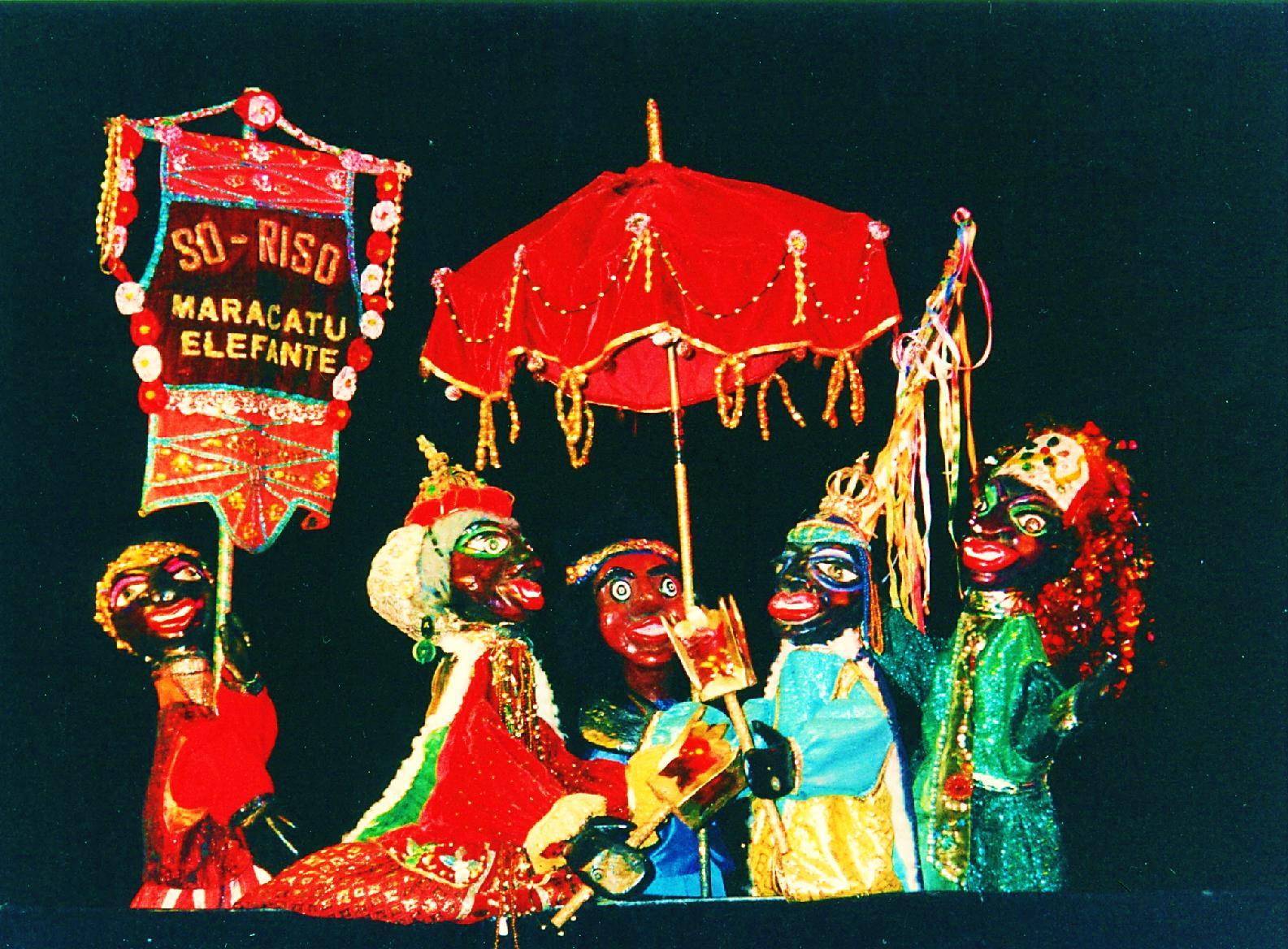 Une scène de <em>maracatu</em> dans <em>Festança no Reino da Mata Verde</em> (1977) par Mamulengo Só-Riso (Olinda, État de Pernambuco, au Brésil). Photo: Fernando Augusto Gonçalves