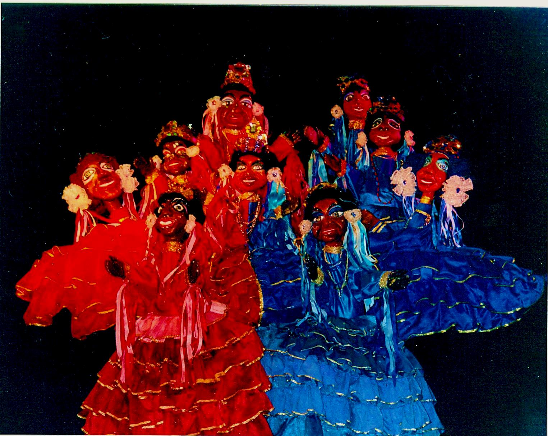 A scene in <em>Festança no Reino da Mata Verde</em> (1977) by Mamulengo Só-Riso representing two choirs of shepherdesses (Olinda, State of Pernambuco, Brazil). Photo: Fernando Augusto Gonçalves