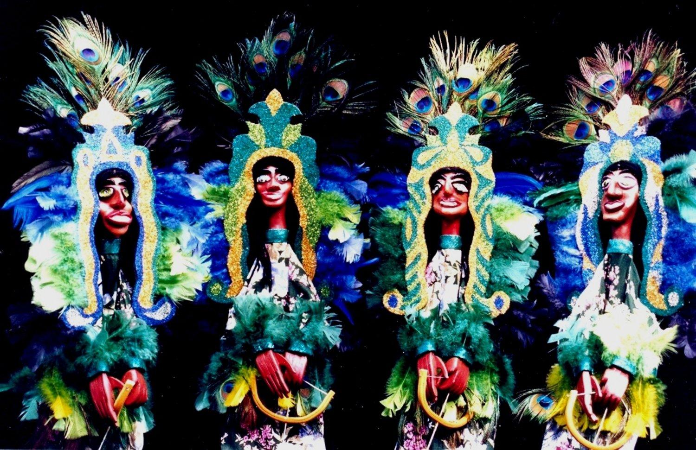 Les marionnettes représentant les <em>caboclos de pena</em>, dans Folgazões & Foliões, Foliões & Folgazões (2002) par Mamulengo Só-Riso (Olinda, État de Pernambouc, Brésil). Photo: Olívia Robacov