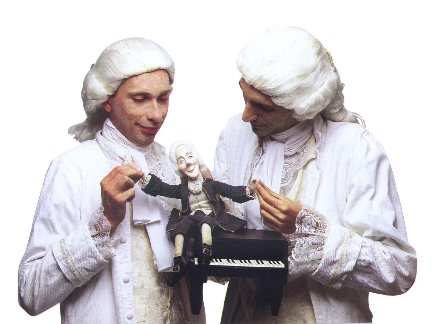Miguel Vellinho et Luiz André Cherubini dans <em>Mozart Moments</em> (1991) par le Grupo Sobrevento (São Paulo, Brésil), mise en scène : Luiz André Cherubini, conception : Grupo Sobrevento. Collection : Grupo Sobrevento. Photo: Rodrigo Lopes
