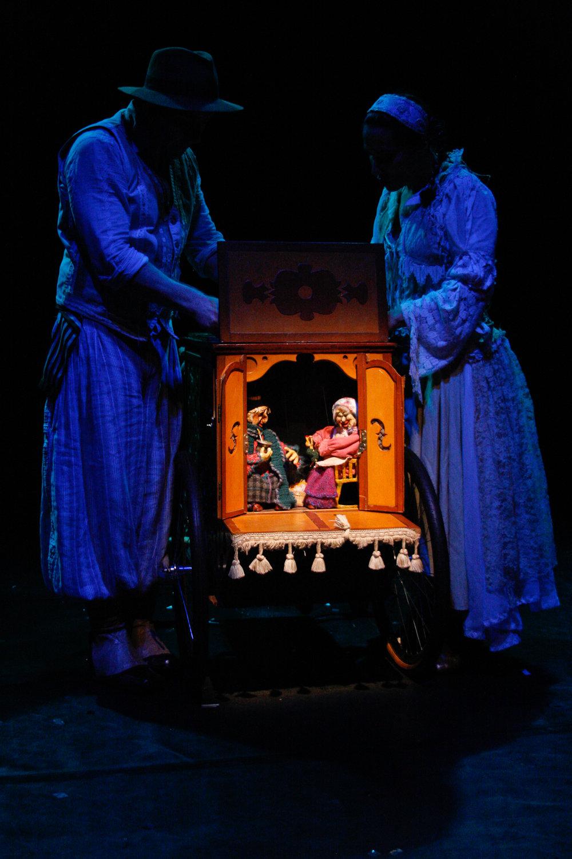<em>Encantadores de Histórias</em> (première : 2005), conteuse avec des marionnettes et des objets animés, par Cia Caixa do Elefante Teatro de Bonecos (Porto Alegre, Rio Grande do Sol, Brésil), mise en scène : Paulo Balardim, acteurs sur la photo : Carolina Garcia et Paulo Balardim. Photo: Eduardo Almeida
