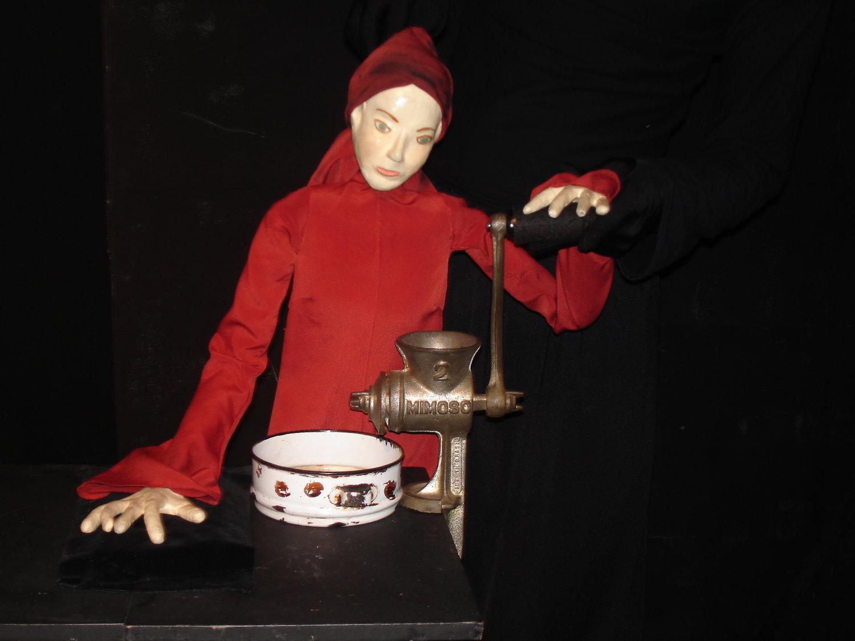 Ismália et son moulin, dans <em>Dicotomias</em> (2001-2013) par O Casulo – BonecObjeto (São Paulo, Brésil), un spectacle visuel pour les adultes, dramaturgie et mise en scène : Ana María Amaral, scénographie, marionnettes et masques : Grupo O Casulo. Photo réproduite avec l'aimable autorisation de Ana María Amaral