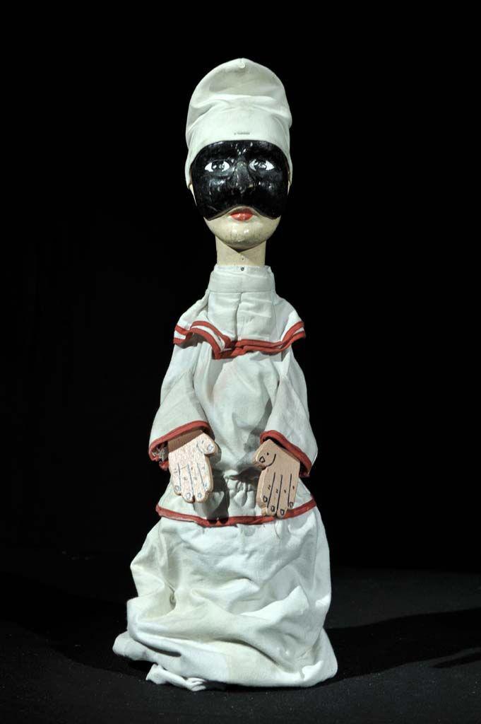 Pulcinella, un <em>burattino</em> (marionnette à gaine) de Famiglia Ferrajolo. Collection : IPIEMME – Musée international de la marionnette, Castellammare di Stabia, Italie. Photo réproduite avec l'aimable autorisation de IPIEMME