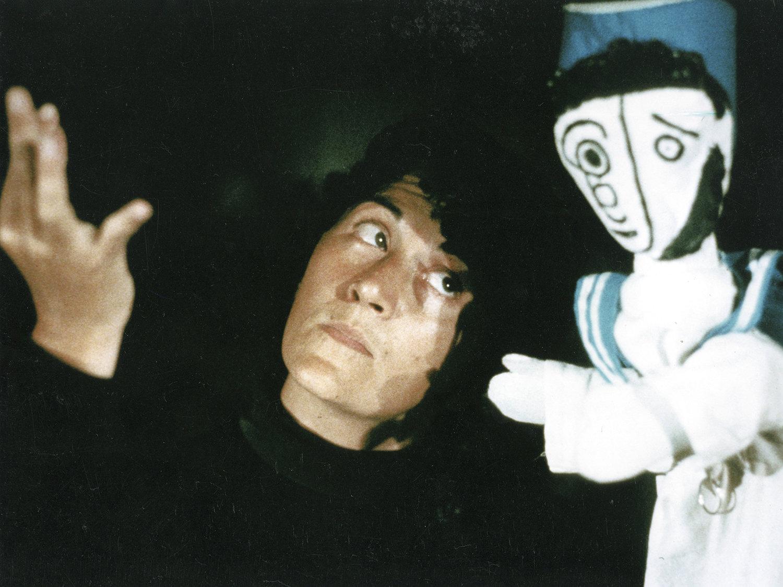 """""""Una favola per Klee"""" (1983), la scène du petit marin, avec Maria Letizia Volpicelli et un <em>burattino</em> a guanto (marionnette à gaine). Collezione Maria Signorelli"""