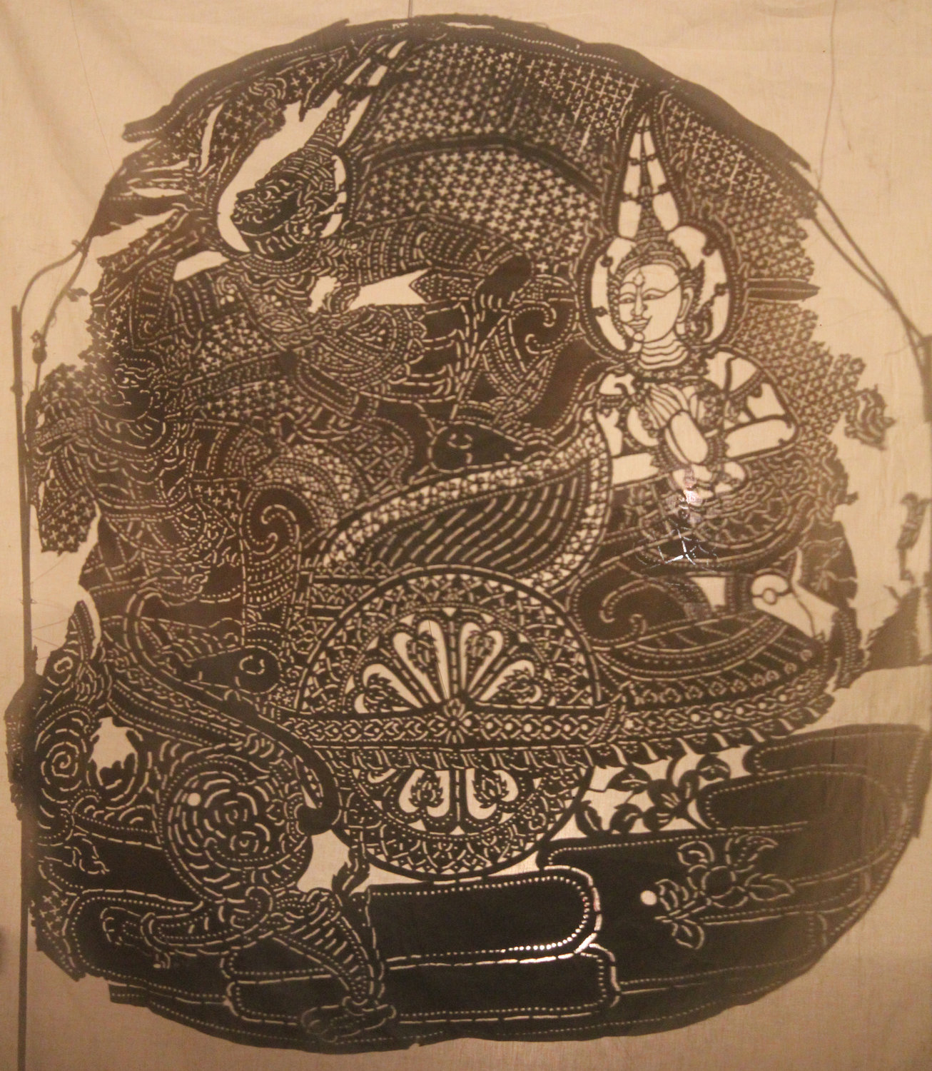 Reab (Râvana) enlevant Seda (Sîtâ) dans un char, figure du théâtre d'ombres <em>sbek thom</em>, Cambodge, vers 1910. The Cook / Marks Collection, Northwest Puppet Center. Photo: Dmitri Carter