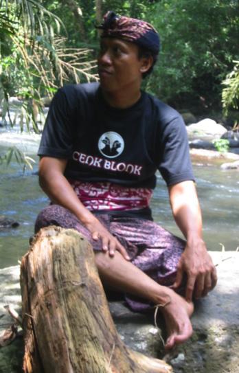 Cenk Blonk (I Wayan Nardayana, 1966- ) de Banjar Belayu, Distrito de Tabanan, Bali, <em>dalang</em>innovadorde <em>wayang</em> kulit balinés (2007). Foto: Karen Smith