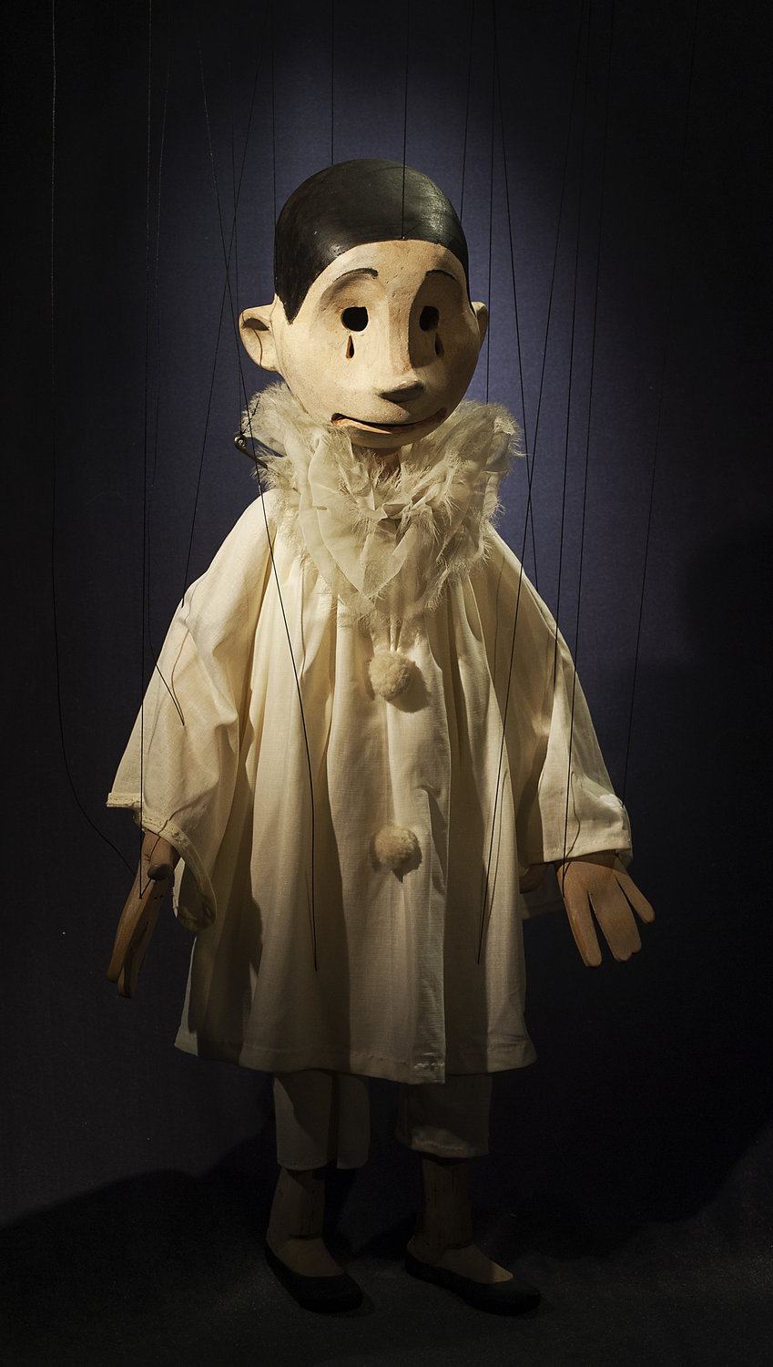 Pierrot, string puppet, in <em>A Gift for Columbine</em> (1988) by Coad Canada Puppets, direction: Luman Coad, design: Arlyn Coad. Award: Citation of Excellence in the Art of Puppetry from UNIMA-USA. Photo: Luman Coad