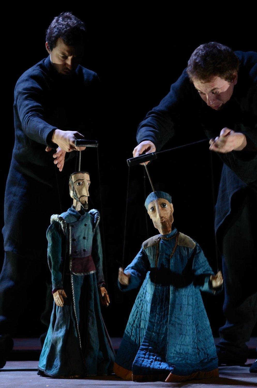 <em>Le <em>c</em>onte d'hiver</em> (2012) de William Shakespeare par Compagnie Arketal, mise en s<em>c</em>ène : Sylvie Osman, adaptation du texte et dramaturgie : Béatri<em>c</em>e Houplain, <em>c</em>onstru<em>c</em>tion des marionnettes : Greta Bruggeman, Paola Lodé, Damien Viso<em>c</em><em>c</em>hi, dessin des visages des marionnettes : Marius Re<em>c</em>h, <em>c</em>omposition musi<em>c</em>ale : Jean-Mar<em>c</em> Montera, A<em>c</em>teurs sur la photo : Jean-Baptiste Saunier, Mathieu Bonfils. Marionnettes sur la photo : Antigonus et Léontes. Marionnettes à tringles <em>c</em>onstruit en bois, <em>c</em>arton et tissu, hauteur : 80 <em>c</em>m