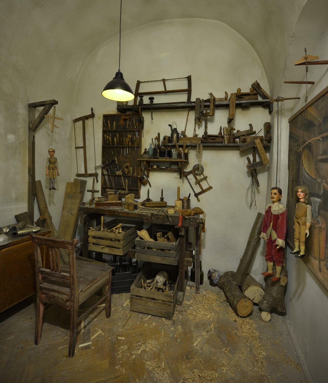 Una répli<em>c</em>a del taller de tallado del siglo XIX, <em>Expozi<em>c</em>e Magi<em>c</em>ký svět loutek</em> (Exposi<em>c</em>ión: El mundo mági<em>c</em>o de las títeres), Muzeum loutkářský<em>c</em>h kultur Chrudim (Chrudim, Repúbli<em>c</em>a Che<em>c</em>a). Foto: Oto Palán, © MLK