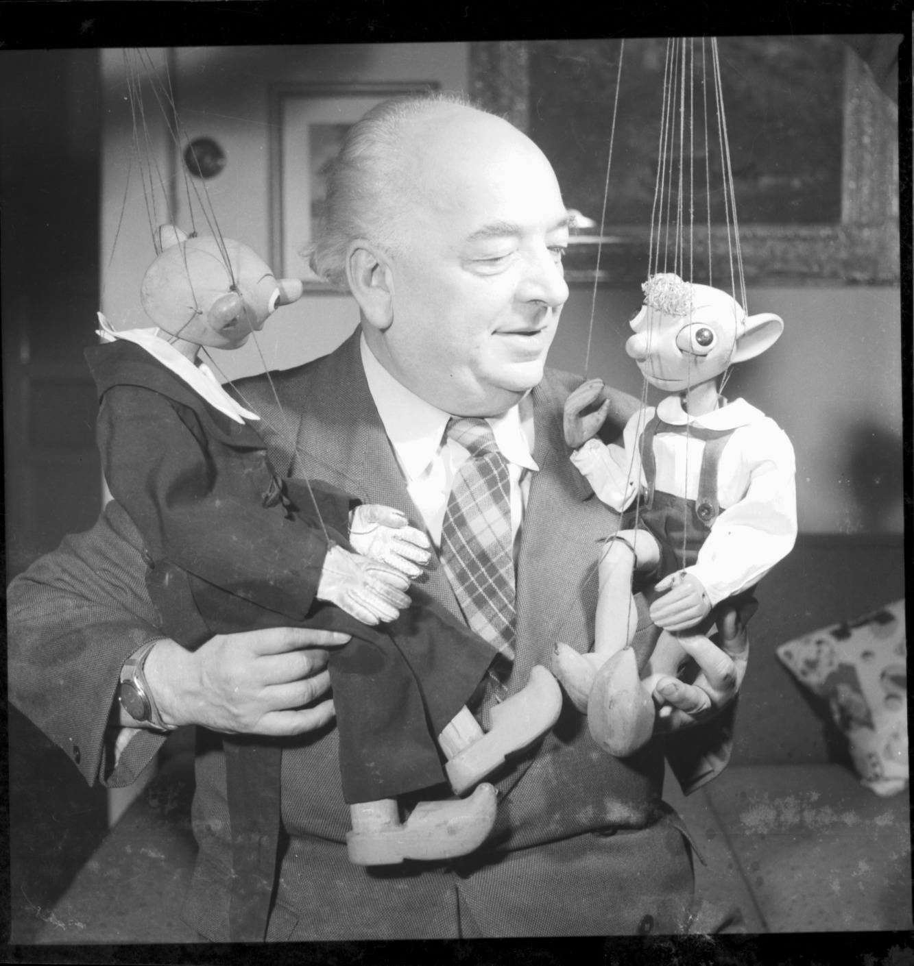 Josef Skupa (1892-1957), titiritero, artista visual y autor de obras para el teatro de títeres <em>c</em>he<em>c</em>o, <em>c</em>on sus títeres de hilos populares, Spejbl y Hurvínek. Fotografía cortesía de Archivo de Loutkář