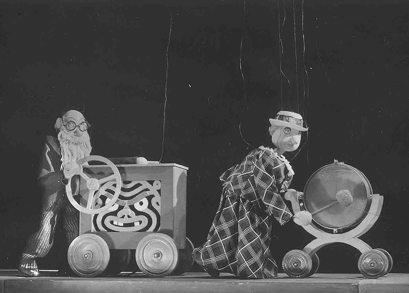 <em>Míček Flíček</em> (1936) por Loutkové divadlo Uměle<em>c</em>ké vý<em>c</em>hovy, puesta en es<em>c</em>ena y es<em>c</em>enografía: Jan Malík. Fotografía cortesía de Archivo de Nina Malíková
