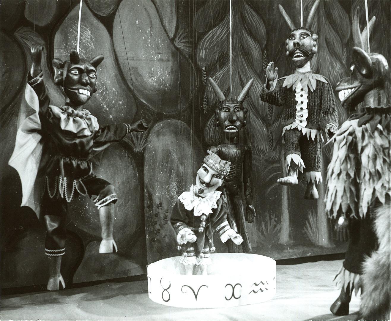 <em>Johan doktor Faust</em> (1968) por Uměle<em>c</em>ká s<em>c</em>éna Říše loutek (Praga, Che<em>c</em>oslovaquia), puesta en es<em>c</em>ena y es<em>c</em>enografía: Bohumír Koubek. Fotografía cortesía de Archivo de Umělecká scéna Říše loutek
