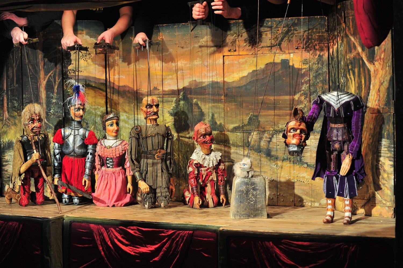 <em>Bezhlavý rytíř</em> (2001) por Naivní divadlo Libere<em>c</em> (Libere<em>c</em>, Repúbli<em>c</em>a Che<em>c</em>a), puesta en es<em>c</em>ena: Tomáš Dvořák, es<em>c</em>enografía: Ivan Nesveda. Foto: Josef Ptáček © Naivní divadlo Liberec