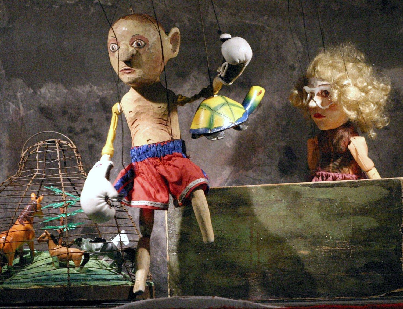 <em>Ro<em>c</em>ky IX</em> (2004) por Bu<em>c</em>hty a loutky (Cheb, Bohemia O<em>c</em><em>c</em>idental, Repúbli<em>c</em>a Che<em>c</em>a), puesta en es<em>c</em>ena: Radek Beran, es<em>c</em>enografía: Barbora Če<em>c</em>hová. Foto: Michal Drtina