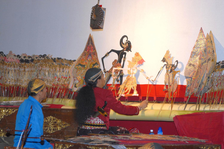 Un <em>dalang</em> javanés. Teatro de sombras, <em><em>wayang</em> kulit purwa</em> <em>Surakarta</em>. Foto: Karen Smith