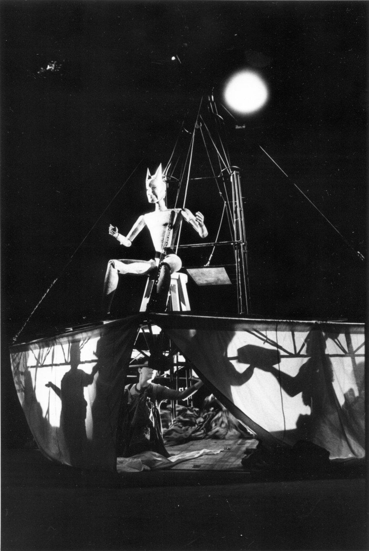 <em>Babylonská věž</em> (La Tour de Babel, 1992) par Divadlo DRAK (Hradec Králové, République tchèque), mise en scène : Josef Krofta, scénographie : Petr Matásek. Photo: Josef Ptáček