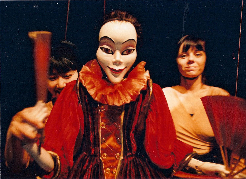 <em>Mor na ty vaše rody</em> (Une peste sur vos deux maisons !, 1993) par Divadlo DRAK (Hradec Králové, République tchèque), mise en scène : Josef Krofta, scénographie : Irena Marečková. Photo: Josef Ptáček