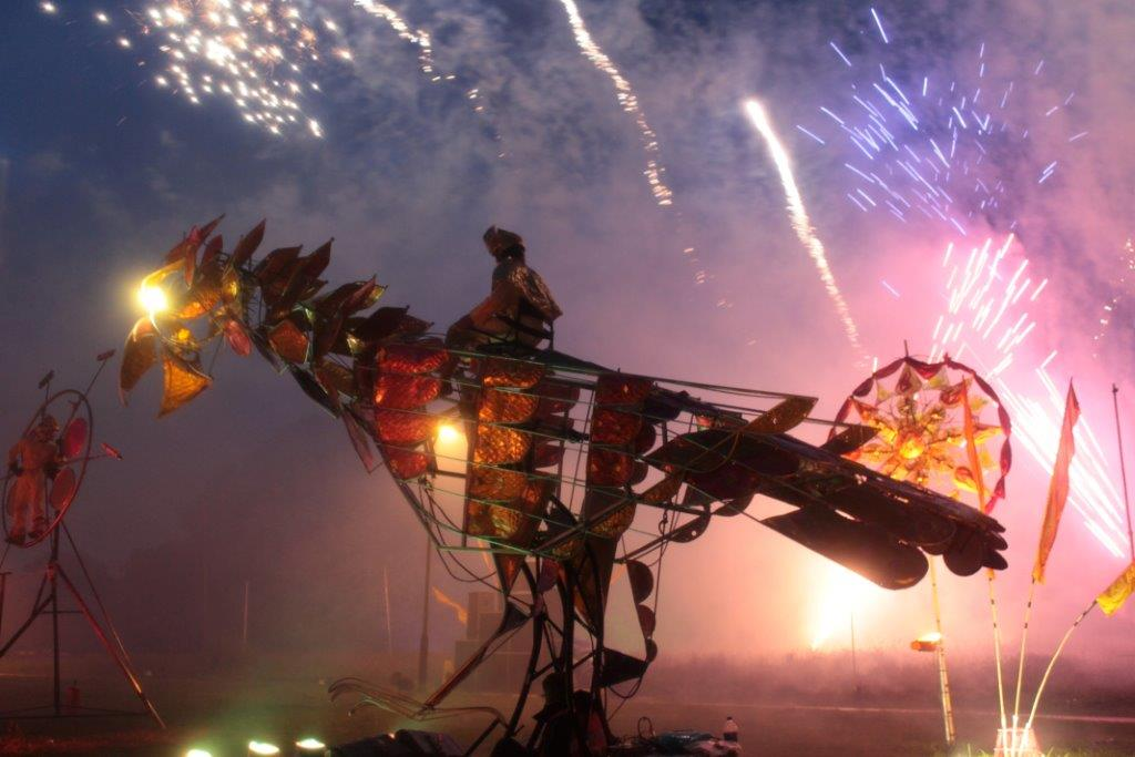 <em><em>Fire</em>bird</em> (l'Oiseau de feu), dans <em><em>Fire</em>bird</em> (2012) par Emergency Exit Arts (Londres, Royaume-Uni). Marionnette méchanique géante en métal, hauteur : 5 m (tête relevée). Photo réproduite avec l'aimable autorisation de Emergency Exit Arts