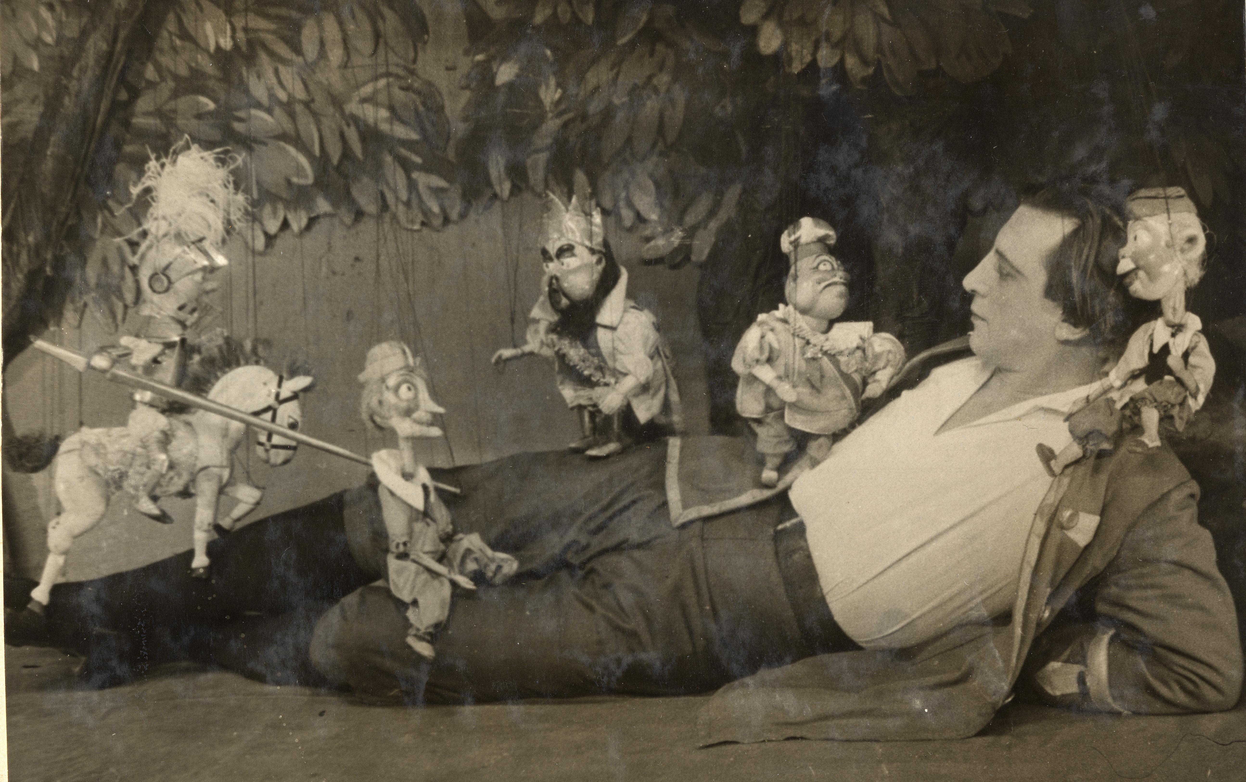 <em>Gulliver v strane lilliputov</em> (Gulliver au pays de Lilliput, 1928), d'après le roman de Jonathan Swift, par Teatr Petrushki (Leningrad, URSS), mise en scène : Evgueni Demmeni, scénographie: Nikolaï Kochergin. Photo (1936) avec l'acteur Mikhaïl Drozzhin en Gulliver. Photo réproduite avec l'aimable autorisation de Archive : Teatr marionetok imeni E.S. Demmeni (Saint-Pétersbourg, Russie)