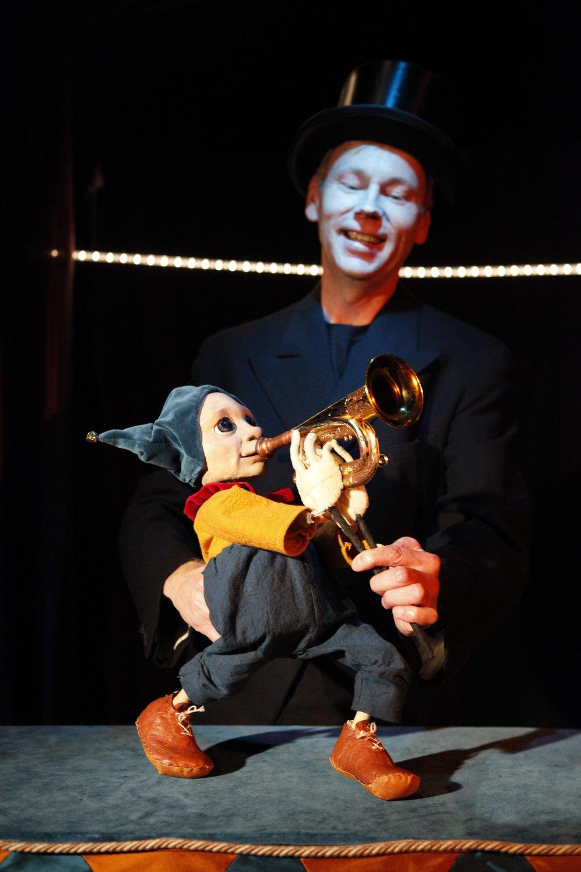 <em>Sirkuksen Poika</em> (Garçon du Cirque, 2011) par PikkuKulkuri (Helsinki, Finlande), mise en scène et scénographie : Iida Vanttaja, marionnette : Aukusti, interprète : Ilpo Mikkonen. Photo: Jussi Virkkumaa
