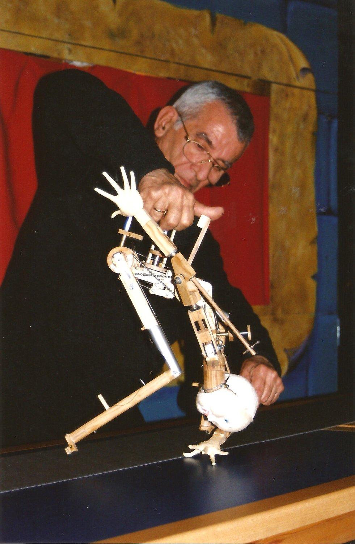 Francisco Peralta manipulant son prototype de marionnette. Photo: Nati Cuevas Zugazagoitia