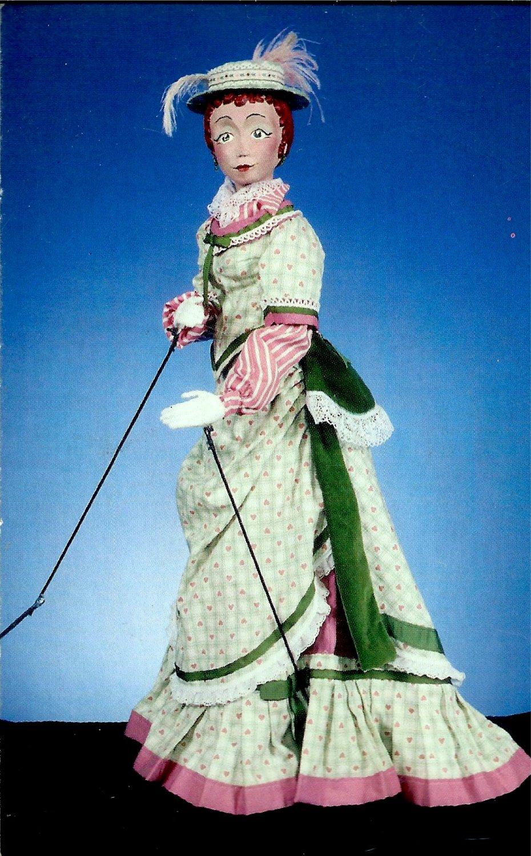 Lady, de <em>H.M.S.Pinafore</em> (1986), scénographie et mise en scène : Frank Ballard à l'Université du Connecticut. Marionnette à tiges. Photo réproduite avec l'aimable autorisation de Ballard Institute and Museum of Puppetry à l'Université du Connecticut. Photo: Thomas A. Hoebbel