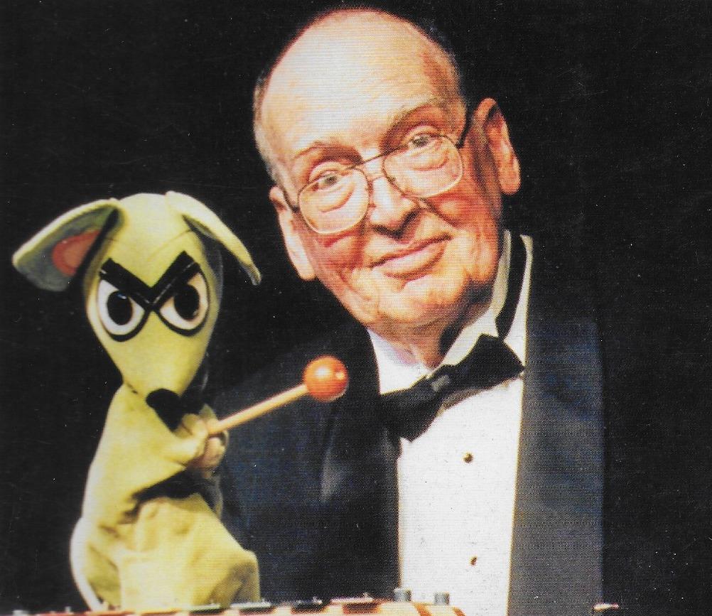 George Latshaw (1923-2006), titiritero, constructor de títeres y escritor estadounidense, con un títere de guante de un perro. Cubierta de la <em>Puppetry Journal</em> (invierno 2006). Foto: Richard Termine
