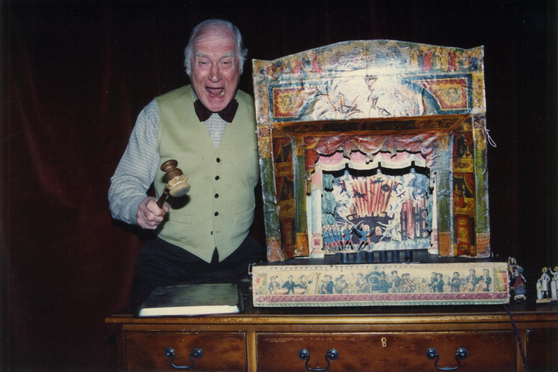 George Speaight avec des marionnettes et un théâtre de papier. Photo réproduite avec l'aimable autorisation de Anthony Speaight