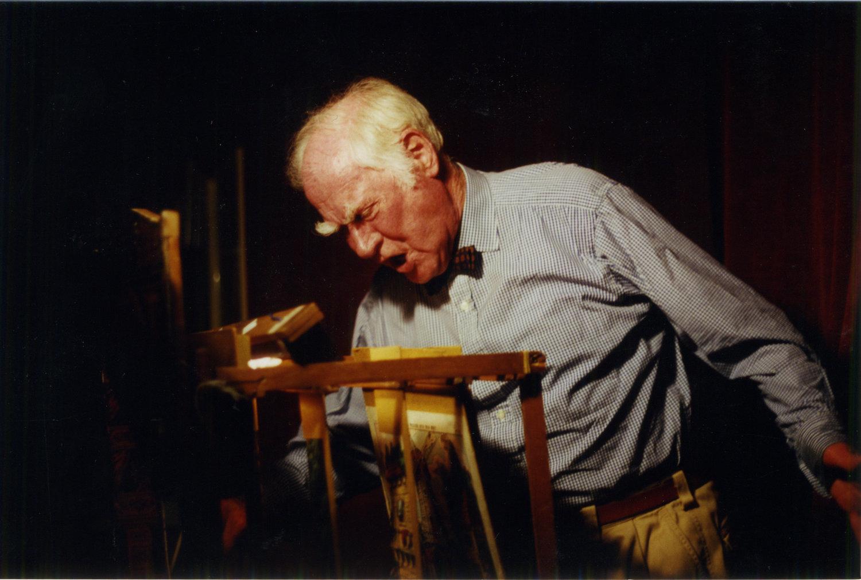 George Speaight avec un théâtre de papier. Photo réproduite avec l'aimable autorisation de Anthony Speaight