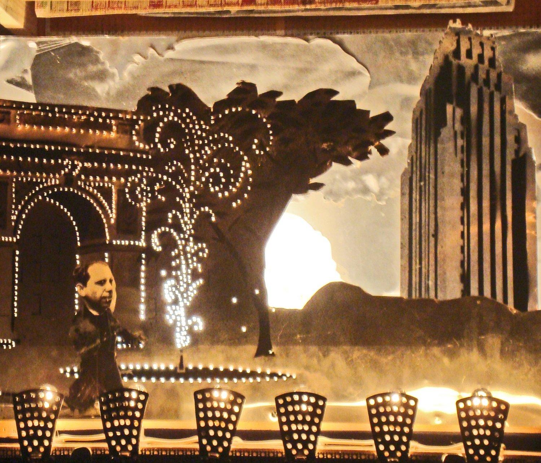 <em>A Walk in the City</em> (2003) par Great Small Works (New York, États-Unis), créé par Roberto Rossi. Théâtre de papier. Photo: Stephen Kaplin