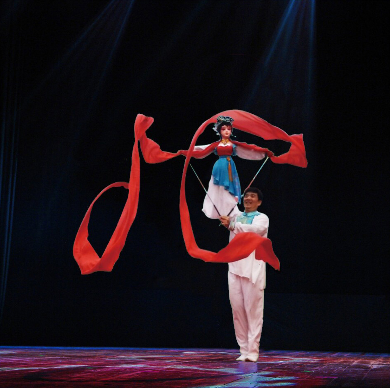 <em>La <em>Danse du ruban</em></em> (人偶情, 1988) par Guangdongsheng Muou Jutuan (Haizhuqu, Guangzhou, province du Guangdong, République populaire de Chine), mise en scène : Cui Keqin, scénographieet fabrication: He Weichao, marionnettiste : Cui Keqin. Marionnette à tiges, hauteur : 70-100 cm. Photo réproduite avec l'aimable autorisation de Guangdongsheng Muou Jutuan