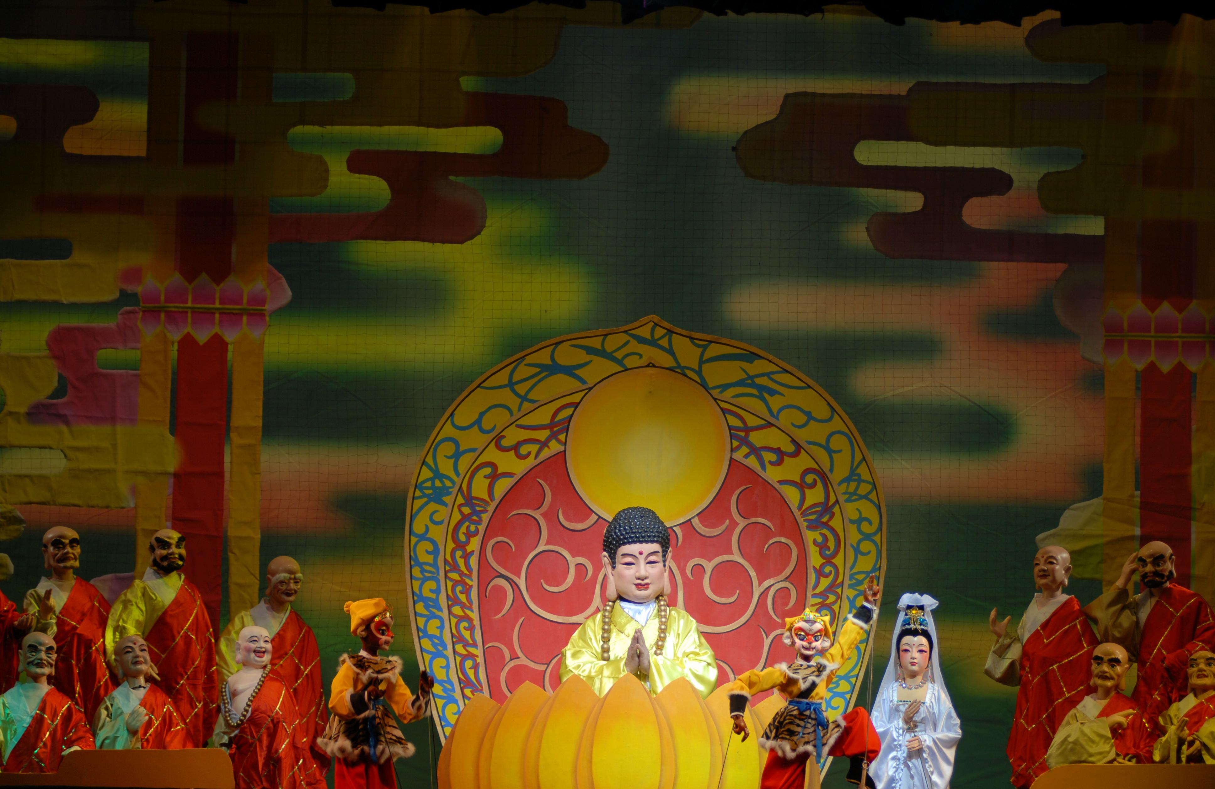 <em>Le vrai Roi des singes et l'Imposteur</em> (真假孙悟空, 2008) par Guangdongsheng Muou Jutuan (Haizhuqu, Guangzhou, province du Guangdong, République populaire de Chine), mise en scène : Cui Keqin, scénographieet fabrication: He Chaowei, Chen You, Ke Yongchao, marionnettistes : Lü Jingxian, Lu Jie, Li Kuan, He Weichao, Ou Xiaoju. Marionnettes à tiges, hauteur : 70-100 cm. Photo réproduite avec l'aimable autorisation de Guangdongsheng Muou Jutuan