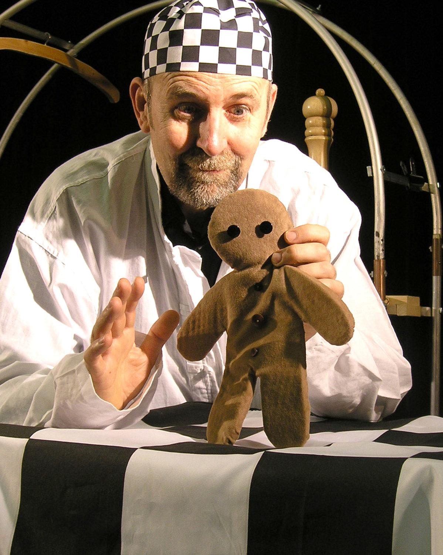 <em>Gingerbread !</em> (2011) par le Hand to Mouth Theatre (New Forest, Royaume-Uni), mise en scène, conception et fabrication de marionnettes : Su Eaton, marionnettiste sur la photo : Martin Bridle. Marionnette empoignée. Photo: Su Eaton