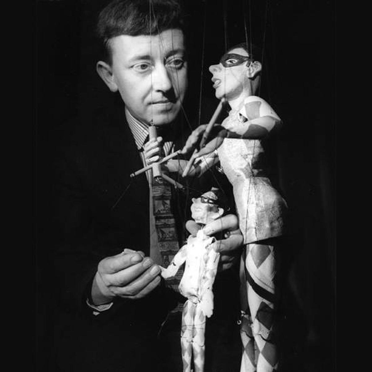 Eric Bramall des Eric Bramall Marionettes et fondateur du premier théâtre permanent de marionnettes en Grande-Bretagne, le Harlequin Puppet Theatre (Colway Bay, nord du Pays de Galle) avec deux de ses marionnettes de harlequin. En cabaret, la plus grande marionnette manipulait la plus petite. Photo réproduite avec l'aimable autorisation de Michael Dixon et Christopher Somerville