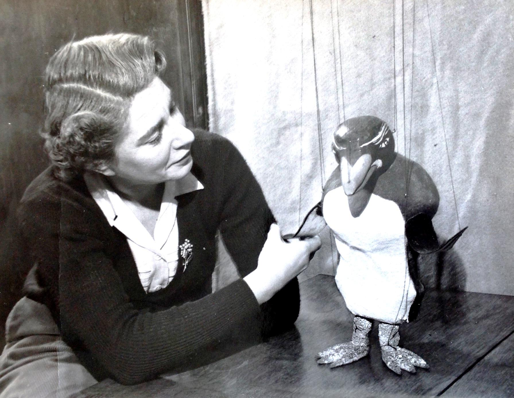 Ann Hogarth avec Peregrine Penguin. Marionnette à fils. Photo réproduite avec l'aimable autorisation de Collection : The National Puppetry Archive