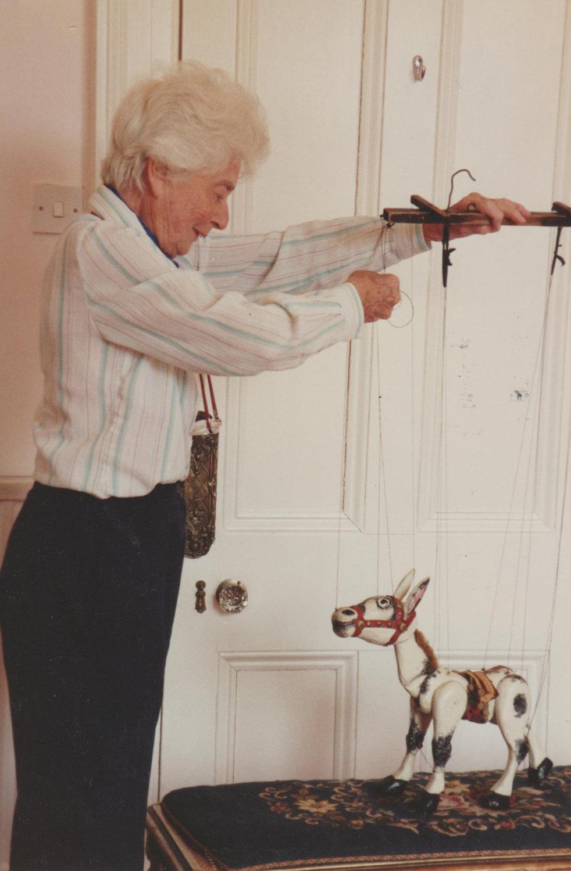 Ann Hogarth avec Muffin the Mule (photo: 1991), un personnage de marionnette qui apparait à la télévision dans une série de la BBC (1946-1954). Marionnette à fils. Photo réproduite avec l'aimable autorisation de Collection : The National Puppetry Archive