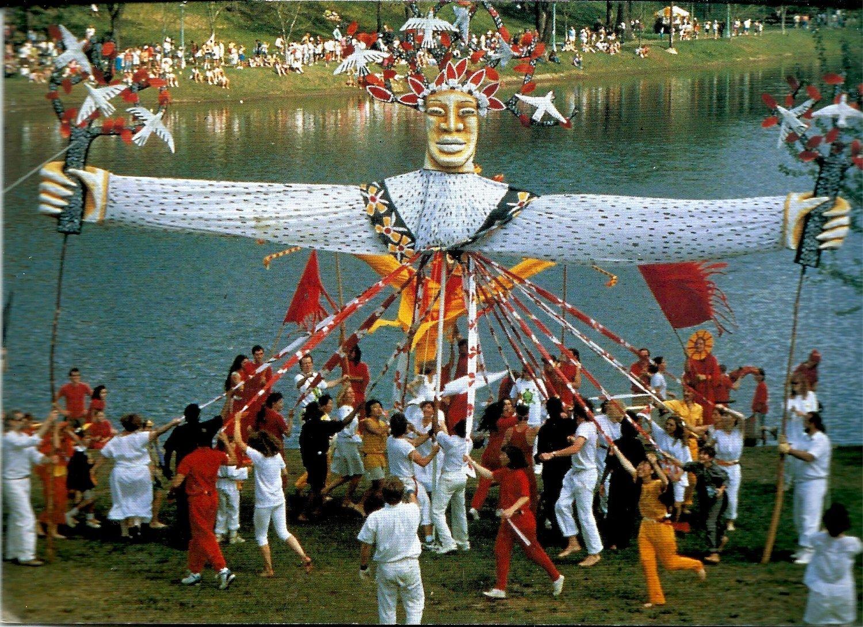 Ceremonia de la Árbol de la Vida, realizada en el último día del evento anual de la comunidad, el MayDay Parade y Festival, establecido por In the Heart of the Beast Puppet and Mask Theatre (Minneapolis, Minnesota, Estados Unidos). Foto: Paul Eide