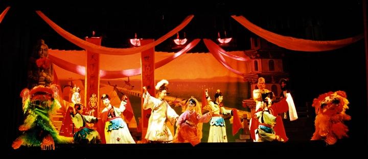 <em>L'Arc-en-ciel de cinq milles</em> (五里长虹, 1999) par Jinjiangshi Zhangzhong Muoutuan (Institut pour la préservation de la marionnette à gaine de Jinjiang, Jinjiang, province du Fujian, République populaire de Chine), mise en scène : Zhuang Changjiang, scénographieet fabrication : Wang Yixiong, marionnettistes : Zeng Hongze, Yan Sharong, Zeng Jinliang. Marionnettes à gaine