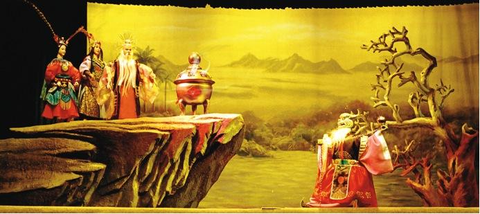 <em>La Fée de Qingyuan</em> (清源仙女, 2002) par Jinjiangshi Zhangzhong Muoutuan (Institut pour la préservation de la marionnette à gaine de Jinjiang, Jinjiang, province du Fujian, République populaire de Chine), mise en scène : Zhuang Changjiang, scénographieet fabrication : Chen Junxiang, marionnettistes : Yan Sharong, Cai Meina, Zhu Dongyang, You Tianxiang. Marionnettes à gaine