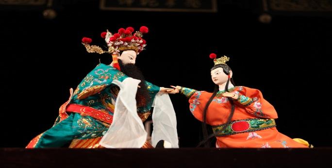 <em>Forcer le Père à revenir à la maison</em> (逼父归家, 2009) par Jinjiangshi Zhangzhong Muoutuan (Institut pour la préservation de la marionnette à gaine de Jinjiang, Jinjiang, province du Fujian, République populaire de Chine), mise en scène : Zhuang Changjiang, scénographieet fabrication : Huang Yiluo, Huang Qinghui, marionnettistes : You Tianxiang, Zhu Dongyang. Marionnettes à gaine