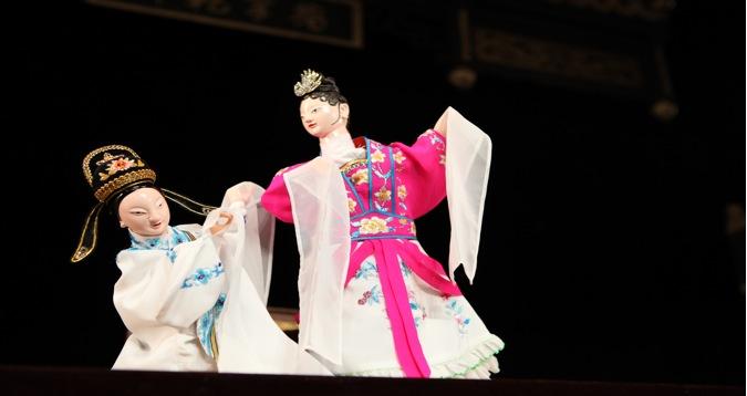 <em>Distinguer le vrai du faux</em> (辩真假, 2009) par Jinjiangshi Zhangzhong Muoutuan (Institut pour la préservation de la marionnette à gaine de Jinjiang, Jinjiang, province du Fujian, République populaire de Chine), mise en scène : Zhuang Changjiang, scénographieet fabrication : Huang Yiluo, Huang Qinghui, marionnettistes : Cai Meina, Lin Jingru. Marionnettes à gaine