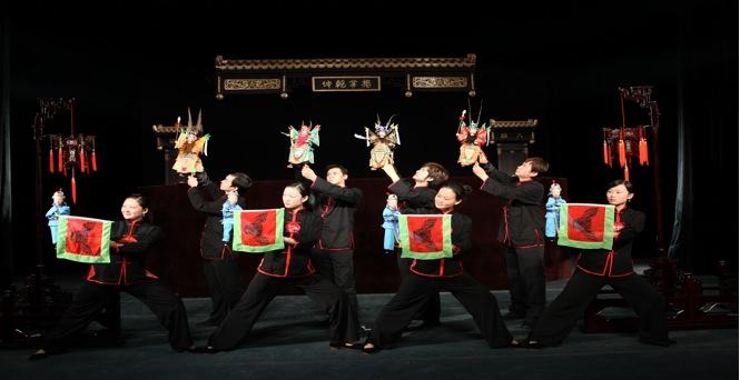 <em>Un Prélude avec quatre généraux</em> (四将踏棚, 2009) par Jinjiangshi Zhangzhong Muoutuan (Institut pour la préservation de la marionnette à gaine de Jinjiang, Jinjiang, province du Fujian, République populaire de Chine), mise en scène : Zhuang Changjiang, scénographieet fabrication : Huang Yiluo, Huang Qinghui, marionnettistes : You Tianxiang, Zhu Dongyang, Zeng Jinliang, Lin Jingru, Chen Qiongna, Zeng Anni, Wu Xiaoling, Li Yunfeng. Marionnettes à gaine